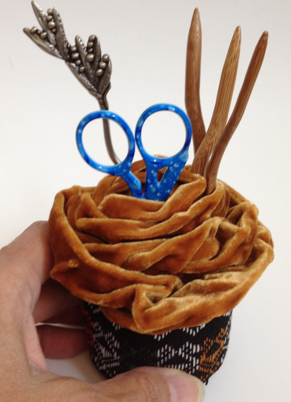 Lantern Moon Rose Tool Holder - Perfect place to hold your knitting notions