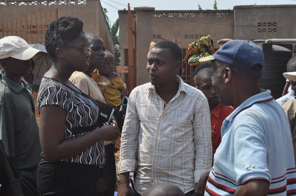 Cikupatientlyscreens interviewparticipantsat a farmersmarket inKirehe,Rwanda.