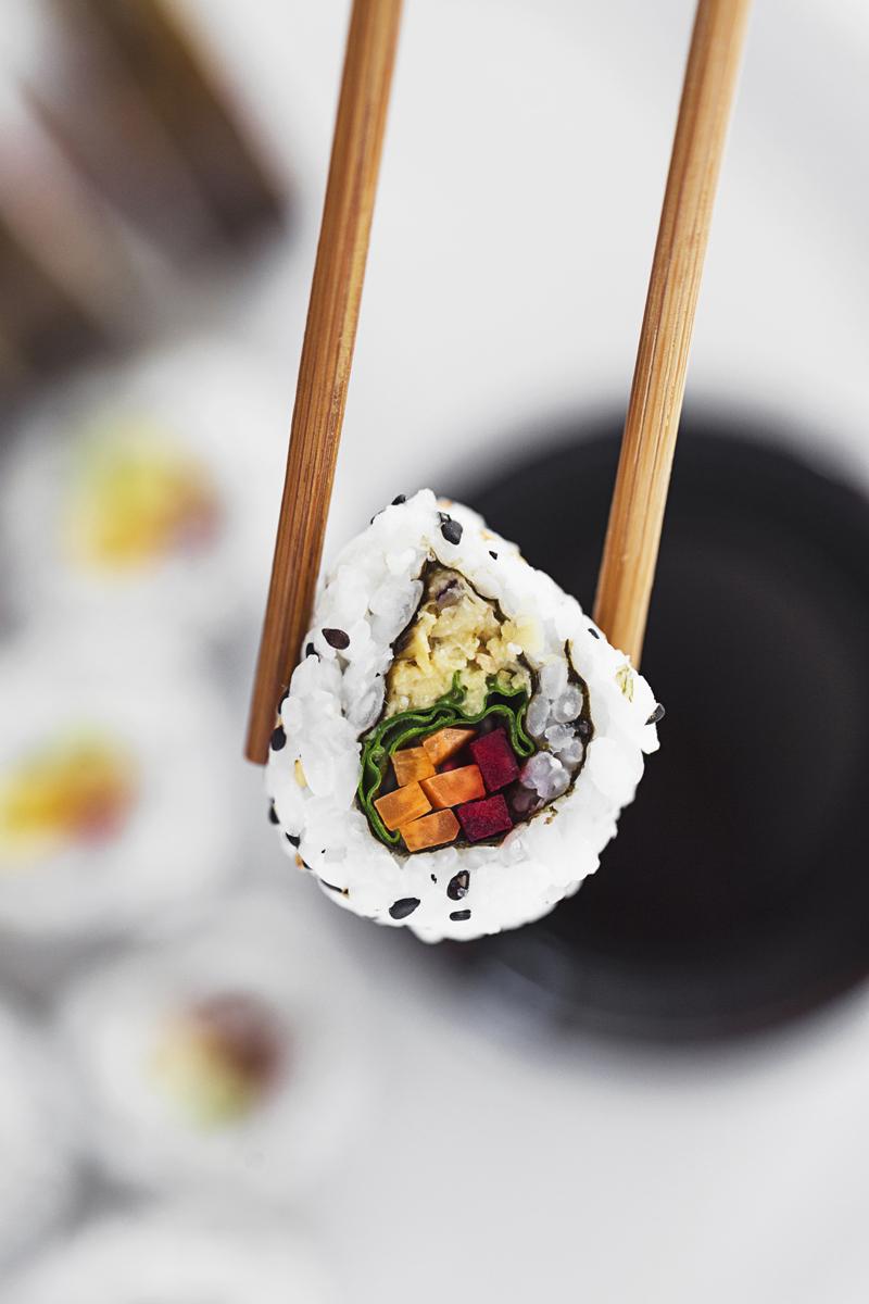 Aprenda a fazer sushi vegan em casa com estas 3 receitas simples, rápidas e 100% vegetarianas.