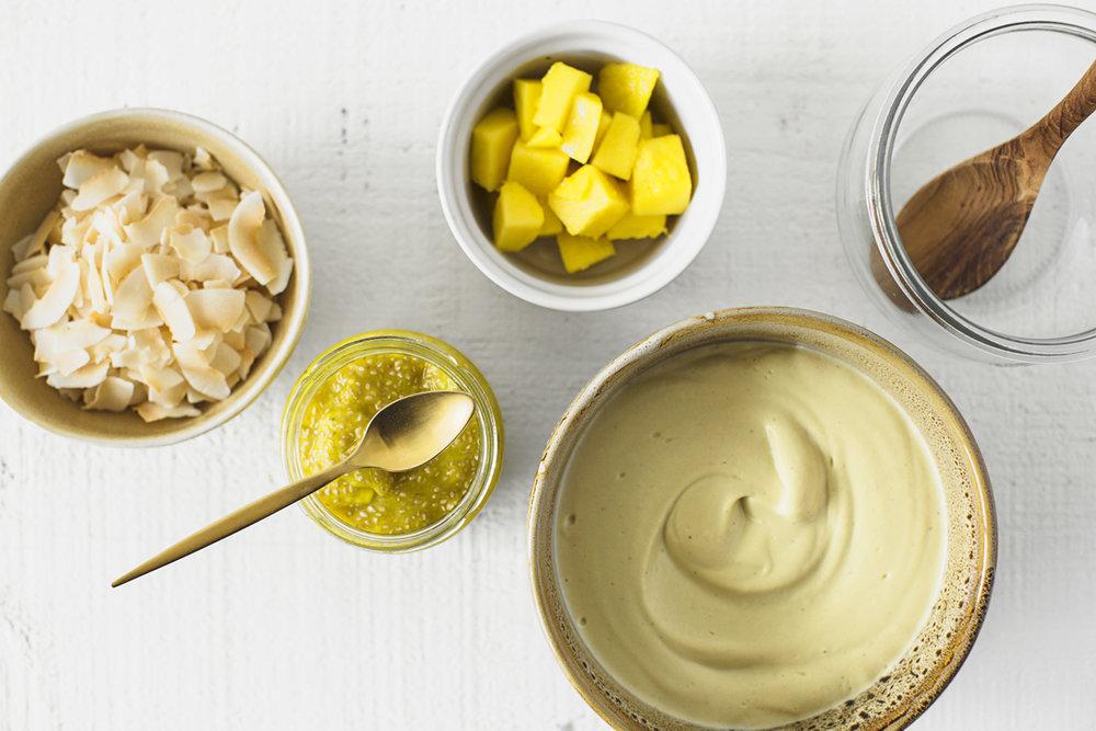 Iogurte Vegan de Caju & Manga, perfeito para pequenos-almoços saudáveis. Receita 100% vegetal, deliciosa e muito fácil de fazer.