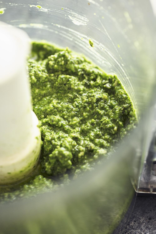 Receita simples e fácil de Pesto de Sementes de Abóbora 100% vegan. Resulta com qualquer erva aromática ou verdura e fica pronto em menos de 5 minutos!