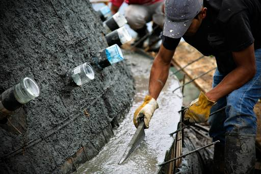 4_walls_tire_structure_colombia_sustainable_trash_construction_glass_bottle_5.jpg