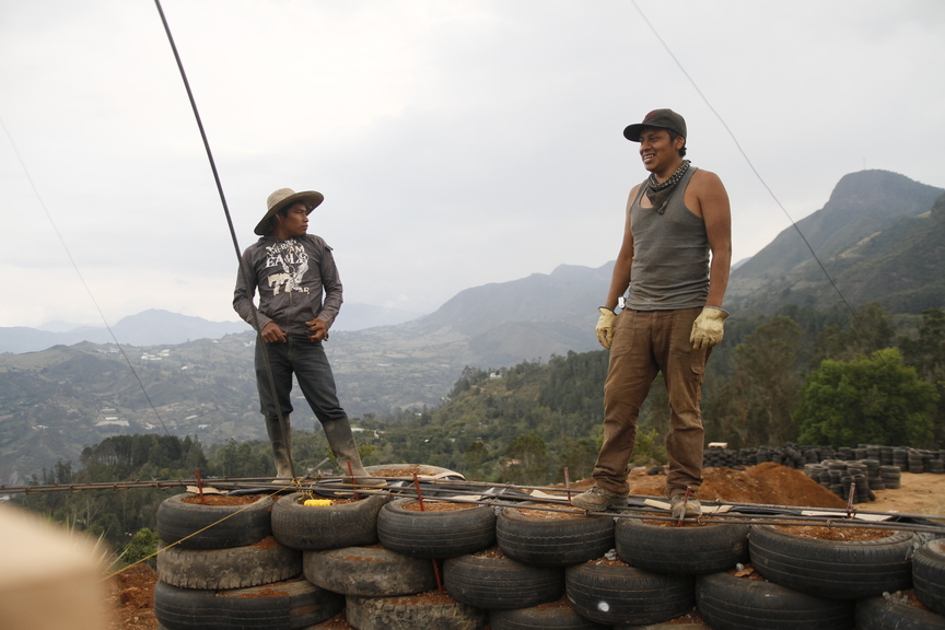 4_walls_tire_structure_colombia_sustainable_trash_construction_2.jpg