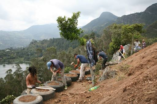 4_walls_tire_structure_colombia_sustainable_trash_construction_15.jpg