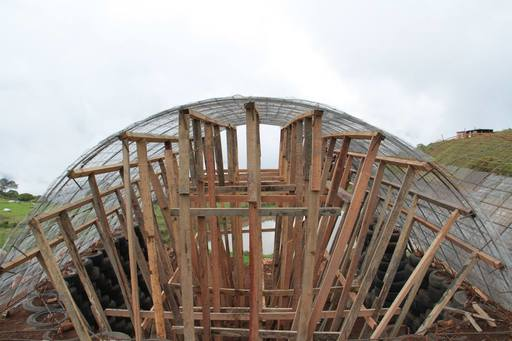 4_walls_tire_structure_colombia_sustainable_trash_construction31.jpg