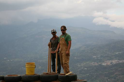 4_walls_tire_structure_colombia_sustainable_trash_construction19.jpg