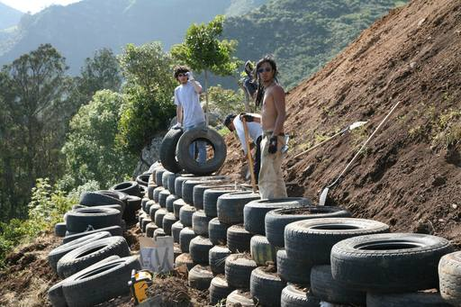 4_walls_tire_structure_colombia_sustainable_trash_construction15.jpg