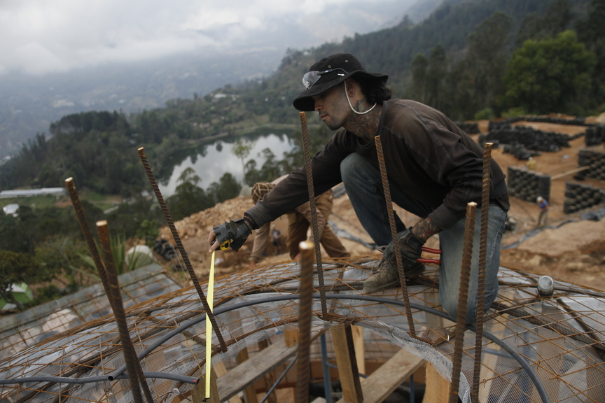 4_walls_tire_structure_colombia_sustainable_trash_construction.jpg