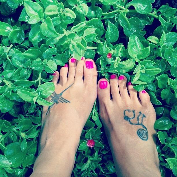 #paraquequiero #piez sitengo #alas para #volar #museegram #podophilia #footfetish #verano #fuchsia #flowers & #nails #fresh bed of #iceplant #mysummergram