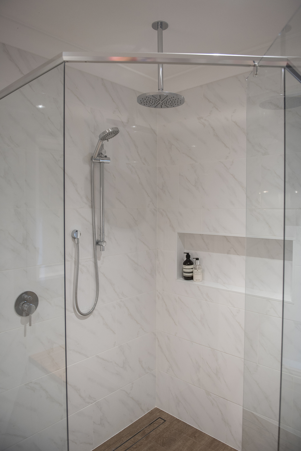 KING Ensuite shower.jpg