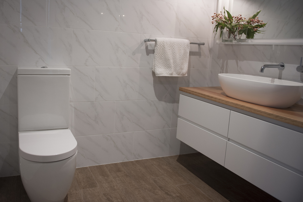 KING ensuite toilet.jpg