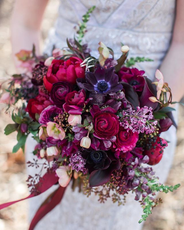 Spent some time organizing my files last night and came across one of my fave bouquets of all time. Going down memory lane can be filled with tons of joy and tons of WTF moments! 📸 @julieriddle #gromezadesigns #bouquetinspiration #texturefordays #solovely #burgundywedding