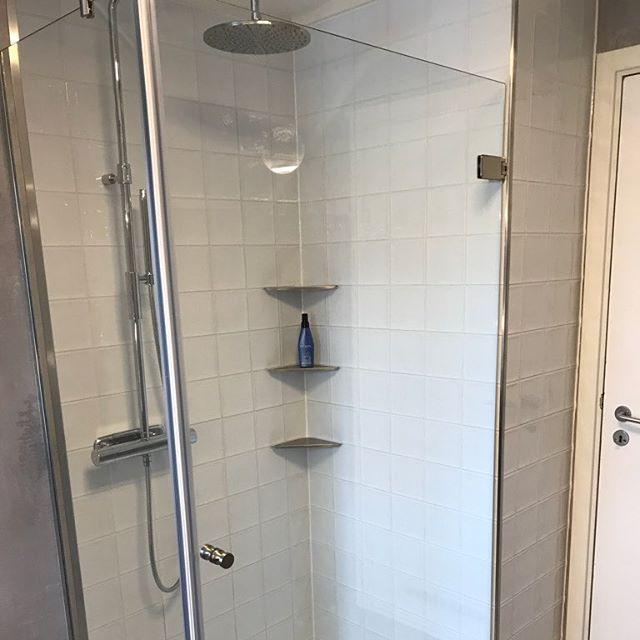 Har her rehabilitert et bad for kunde. Sammen med Gjøvik Byggservice AS og Gjøvik Glasservice AS, ble det et flott bad med gode løsninger. Kunden er strålende fornøyd med den lekre løsningen med dusjen. Hvite fliser med hvite epoxy-fuger sørger for lekre overflater som er lette å holde rene. Fliser fra Interiørhuset på Gjøvik.