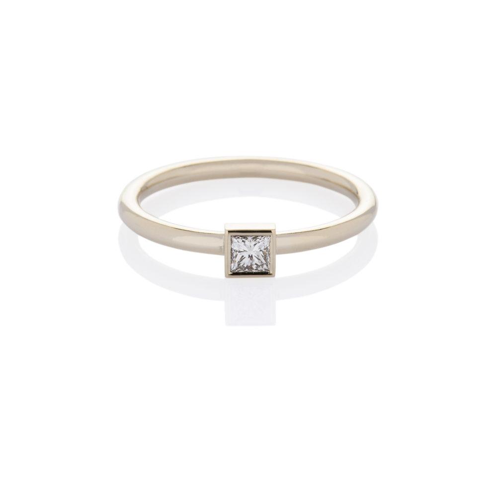 18K white gold. Princess cut diamond
