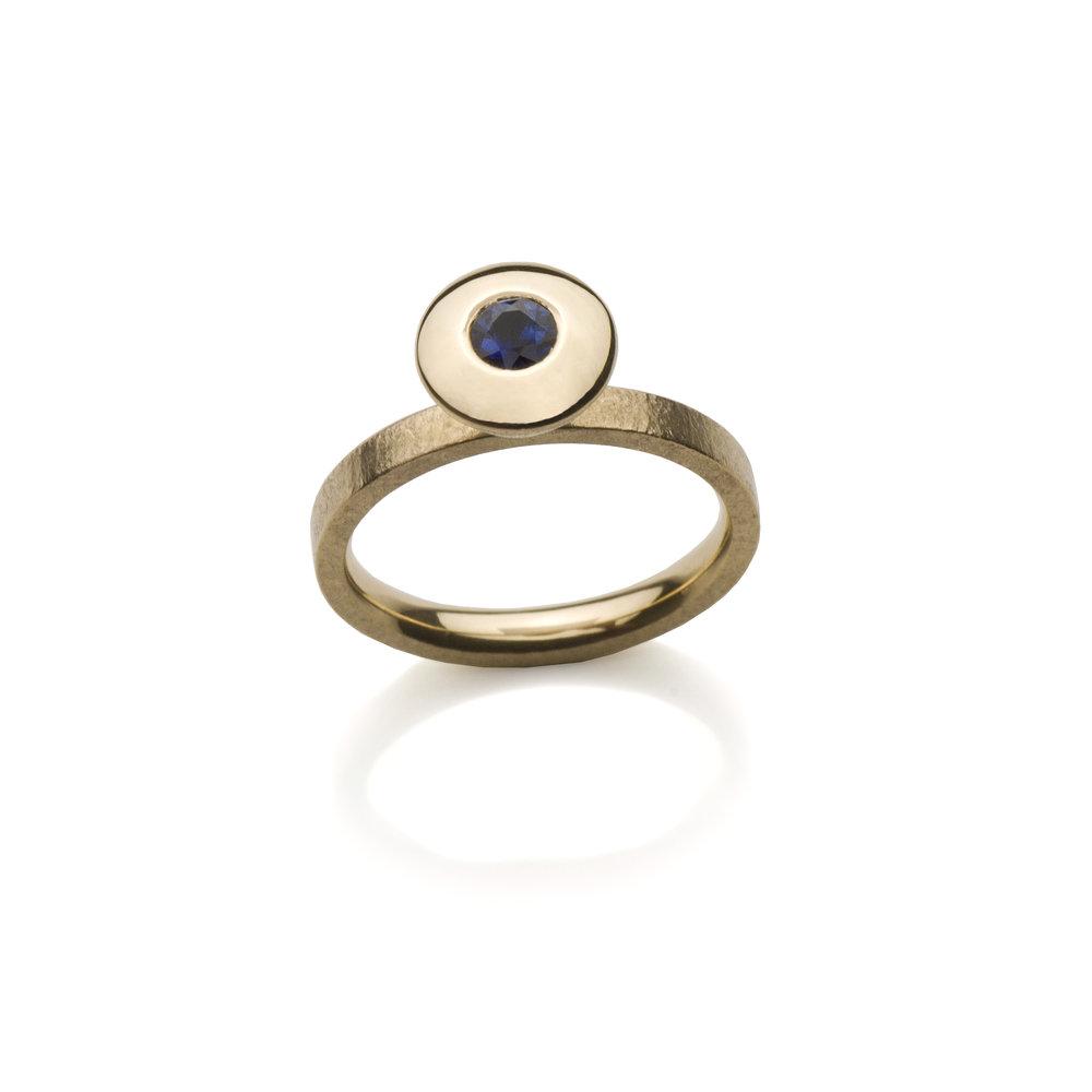 18K yellow gold. Blue sapphire