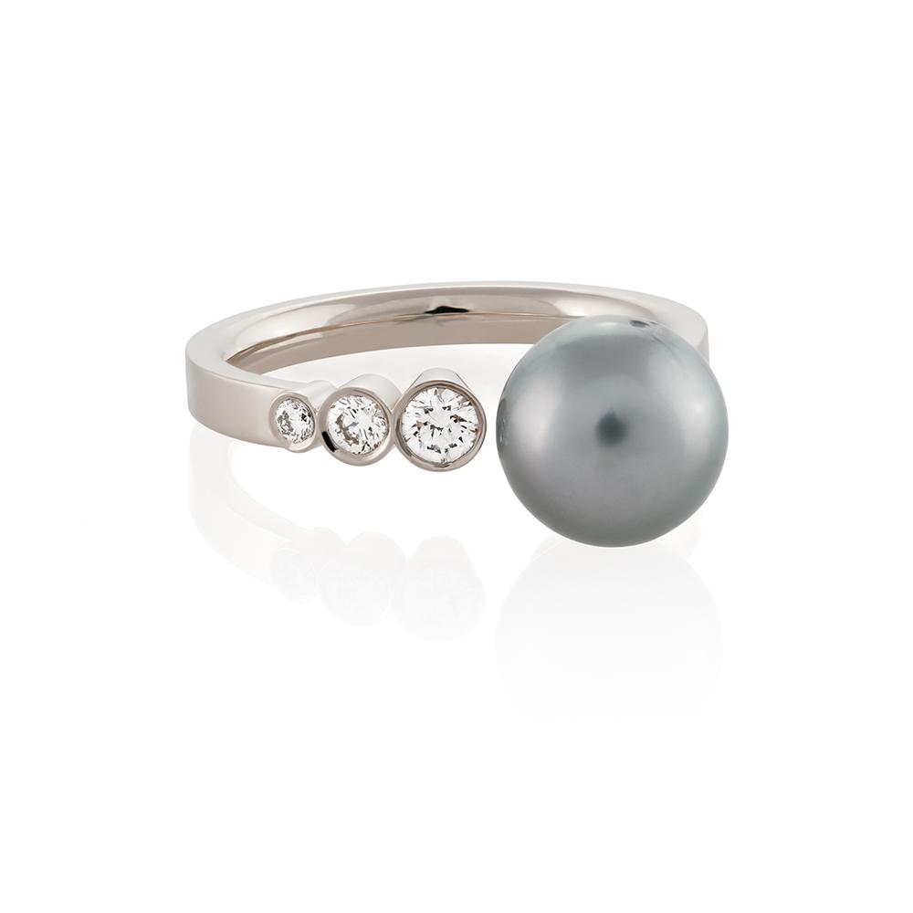 18K white gold. Brilliant cut diamonds and South sea pearl