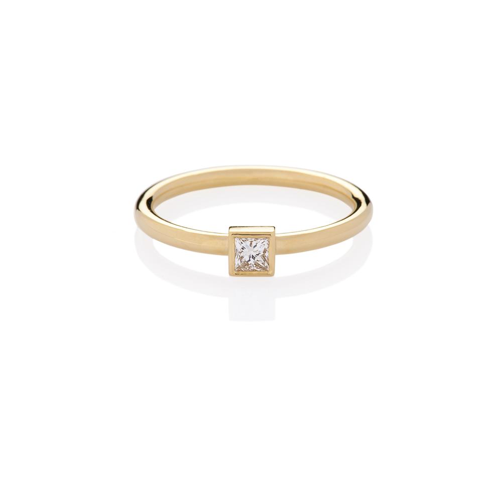 18K yellow gold. Princess cut diamond