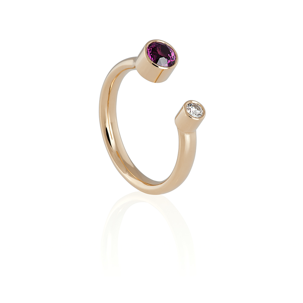 18K yellow gold. Brilliant cut diamond 0.1ct and red sapphire