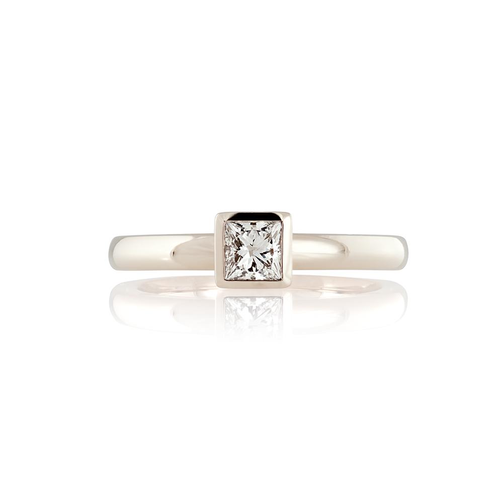 18K white gold. Princess cut diamond 0.3ct
