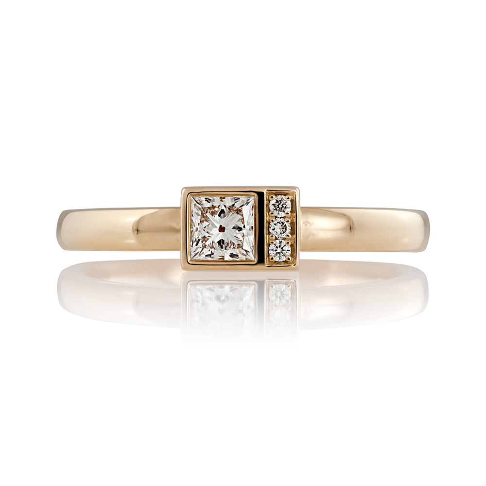 18K yellow gold. Princess cut diamond 0.33ct and brilliant cut diamonds