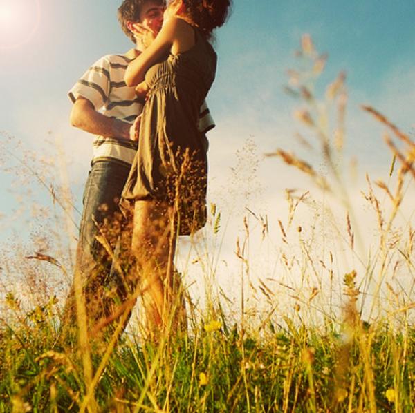 couple-girl-grass-kiss-light.jpg