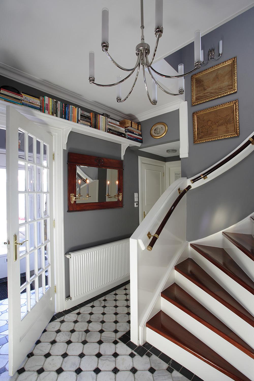 Szare ściany są wspólnym kolorem dla całego domu