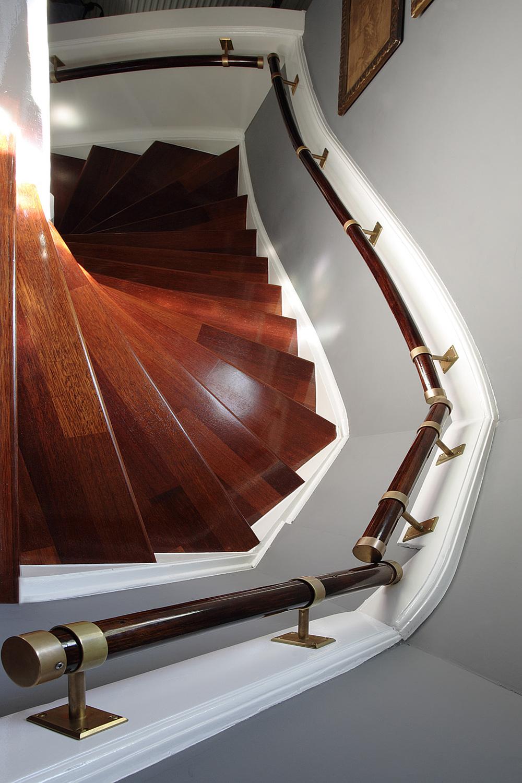 Stare, kręte i piękne schody
