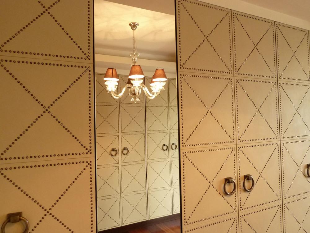 Meble w garderobie nawiązują kolorystyką do ścian