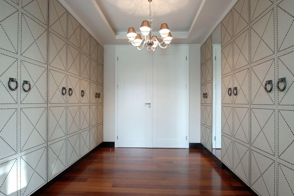 Garderoba nie musi przypominać drewnianej meblościanki