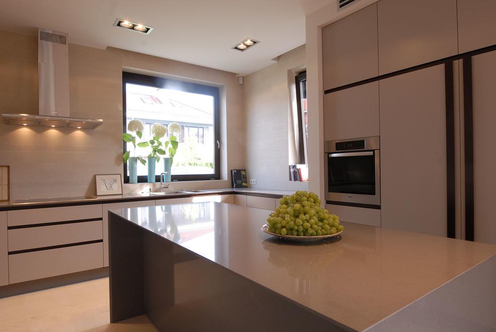 Projekt nowoczesnych i stonowanych mebli kuchennych