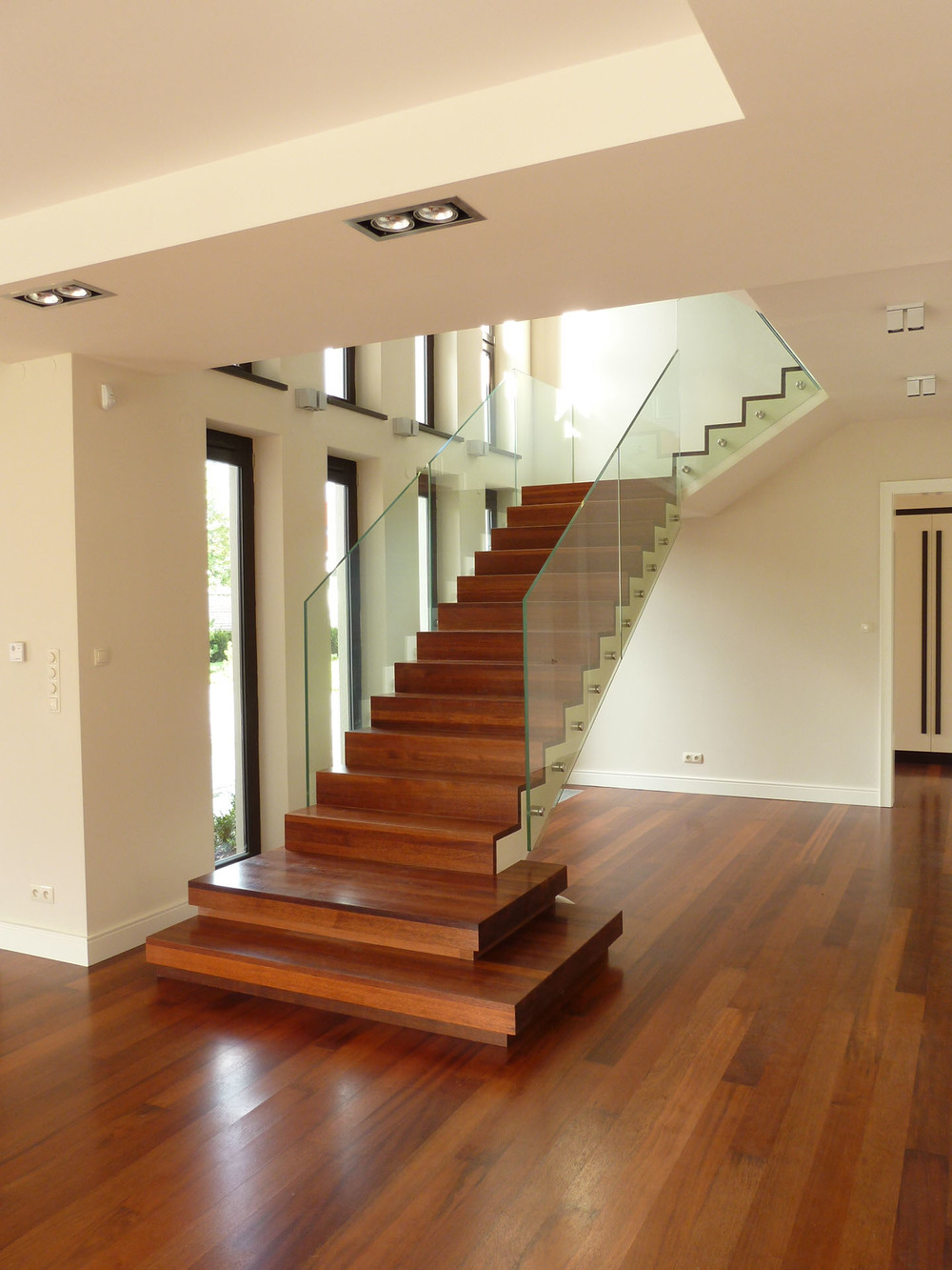 Oryginalne drewniane schody ze szklaną balustradą