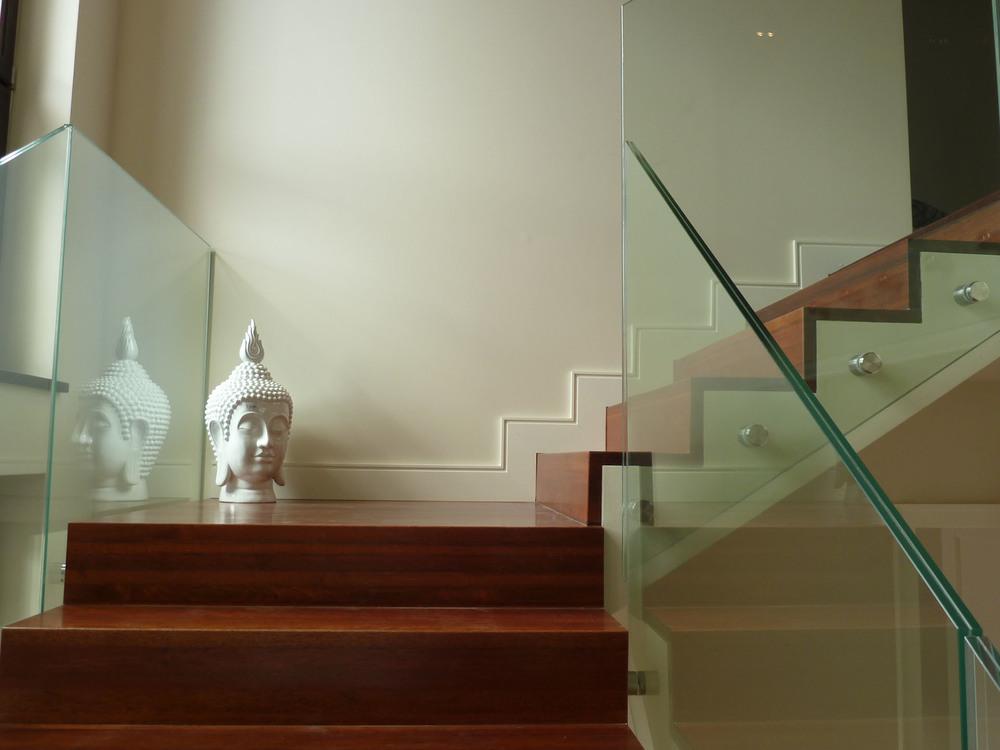 Projekt drewnianych wstęgowych schodów ze szklaną balustradą
