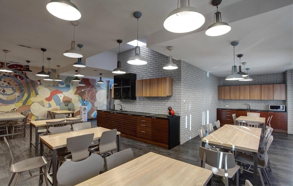 Loftowa kuchnia i jadalnia w firmie