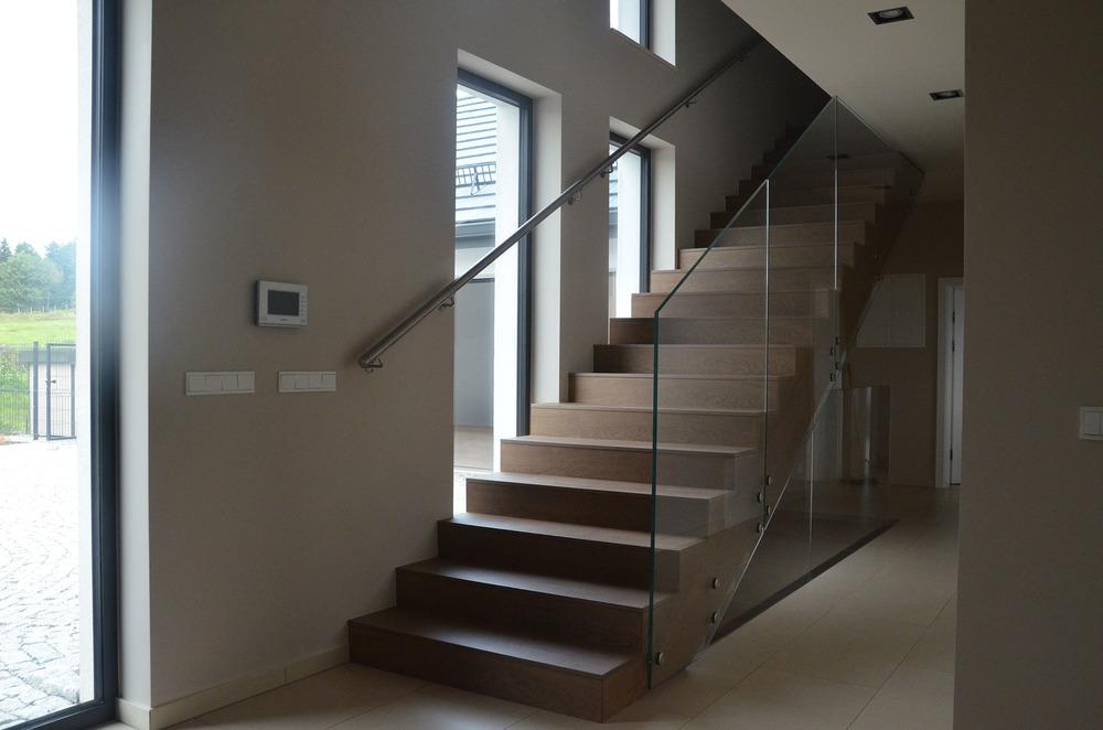 Projekt nowoczesnych schodów z drewna i szkła