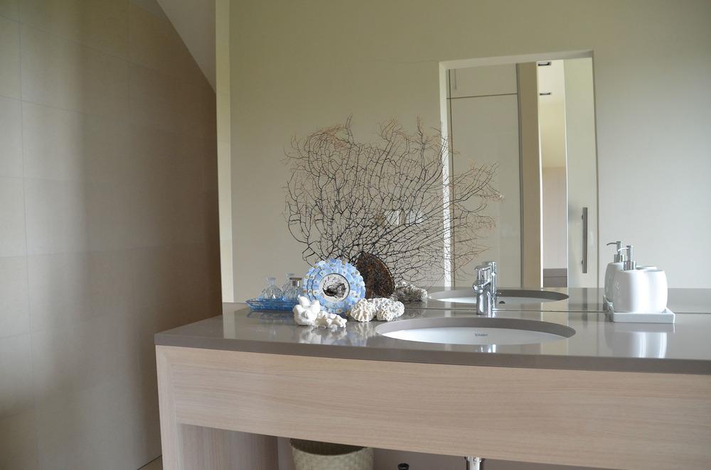 Neutralne i ponadczasowe wnętrza łazienek
