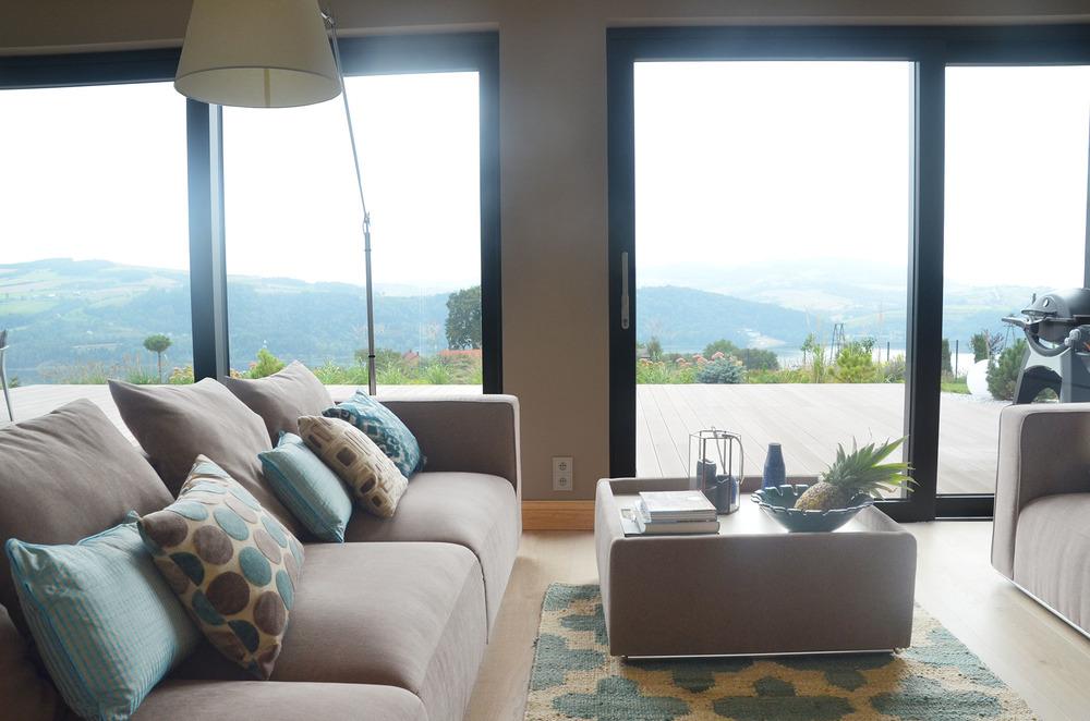 Luksusowy salon w domu nad jeziorem