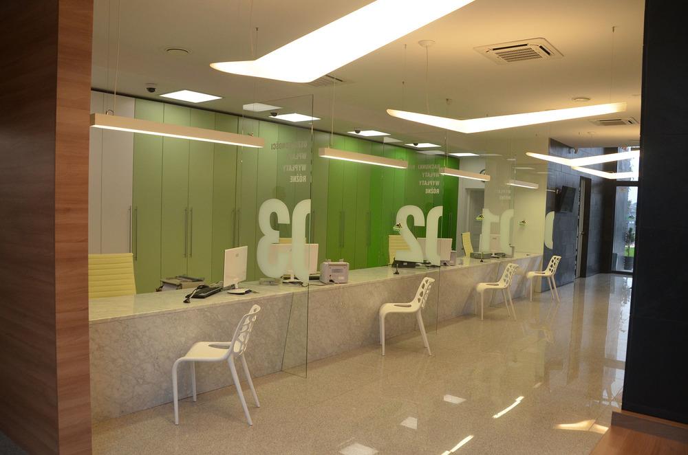 Stanowiska obsługi banku wykonane z białego marmuru