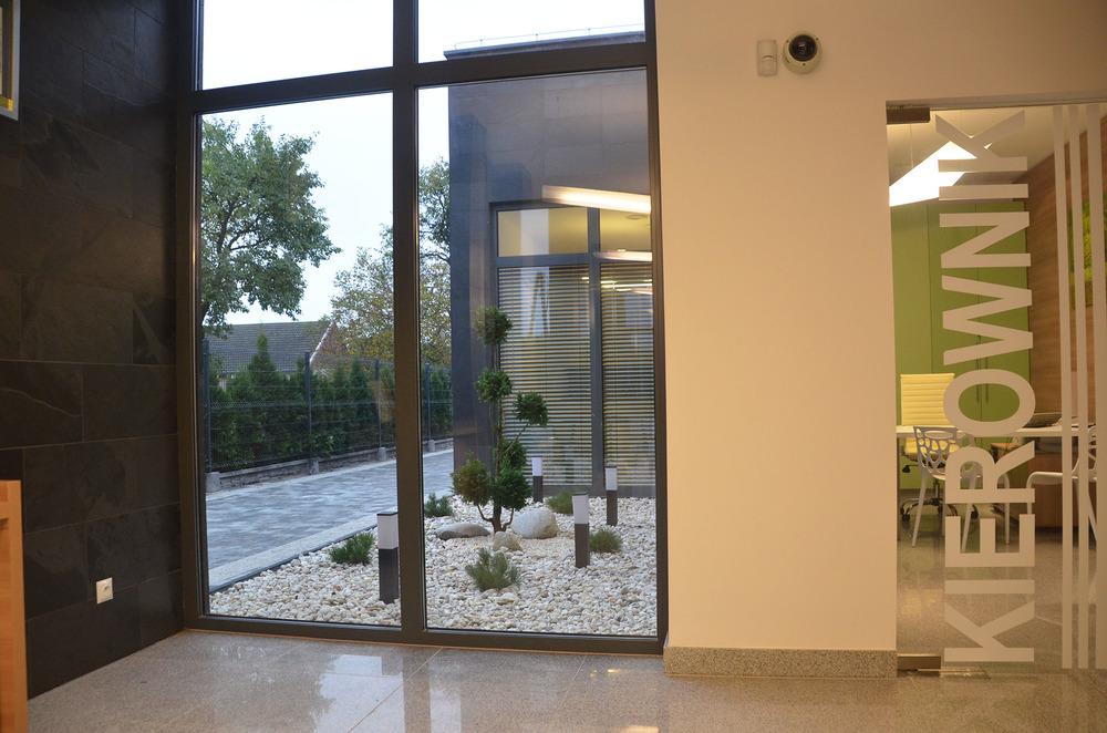 Patio z zielenią widoczne przez klientów, kierownika oraz przez pracowników w czasie przerwy