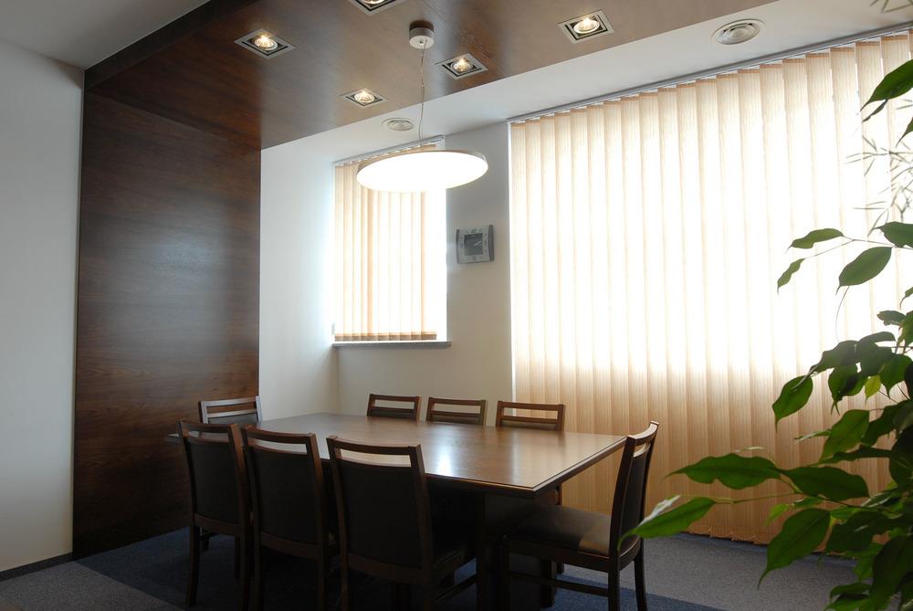 Stół do spotkań w gabinecie dyrektora