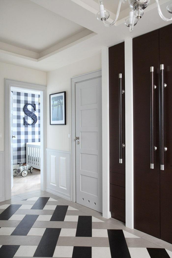 Drzwi garderoby w przedpokoju skrywają nie tylko szafy