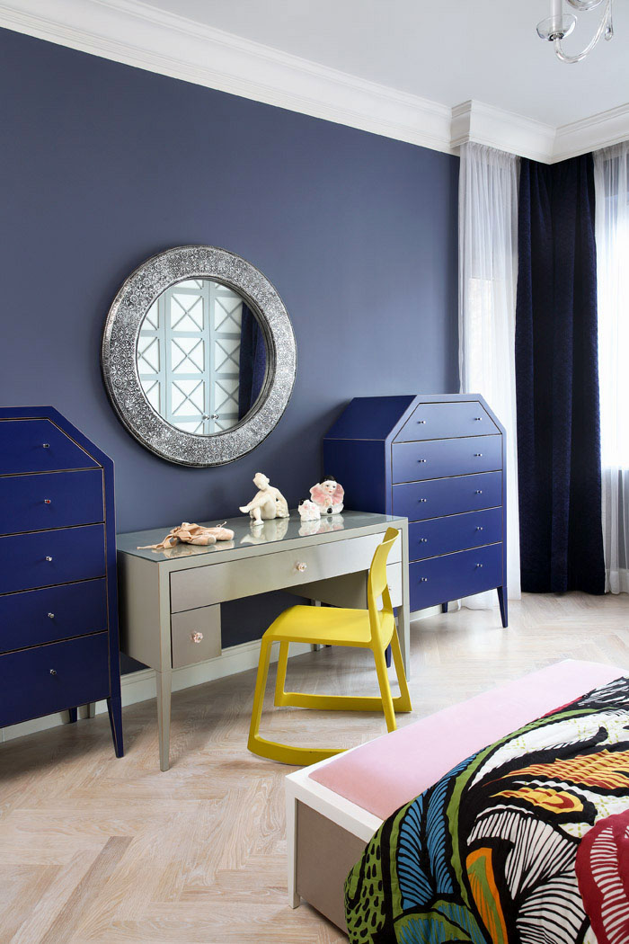 granatowa-niebieska-sypialnia-z-oryginalnymi-meblami.jpg