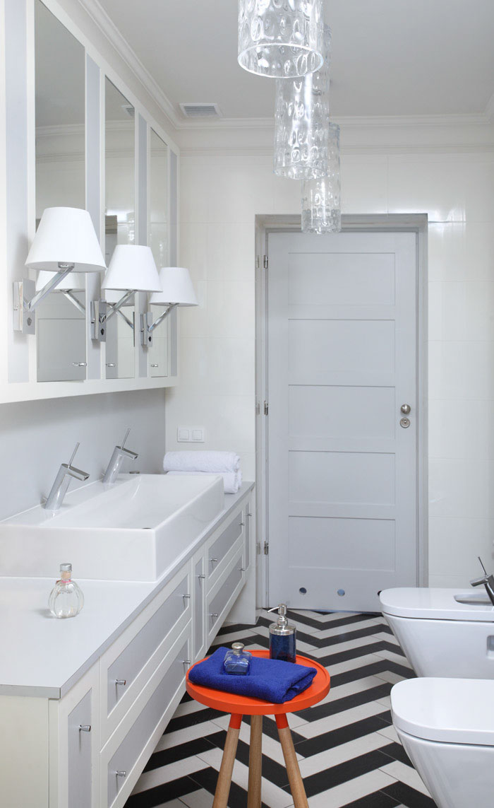 Wnętrze długiej łazienki