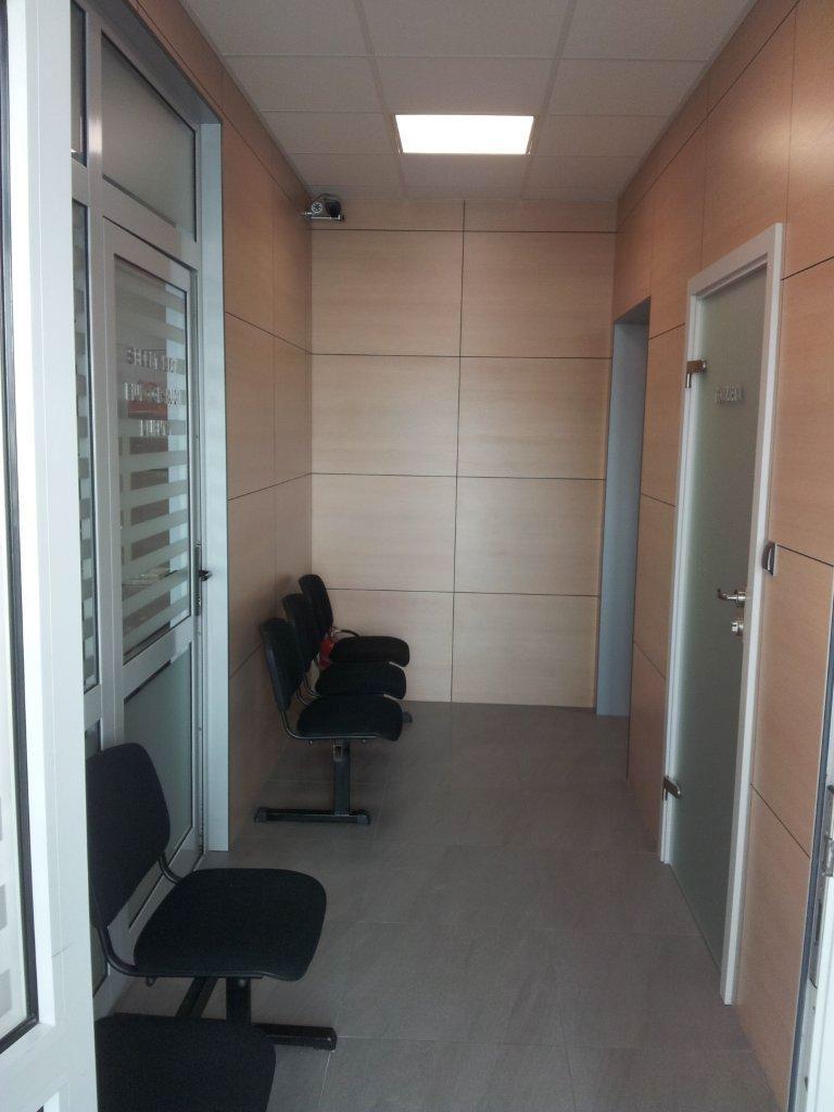 korytarz_w_biurze_z_drewnianymi_scianami.jpg