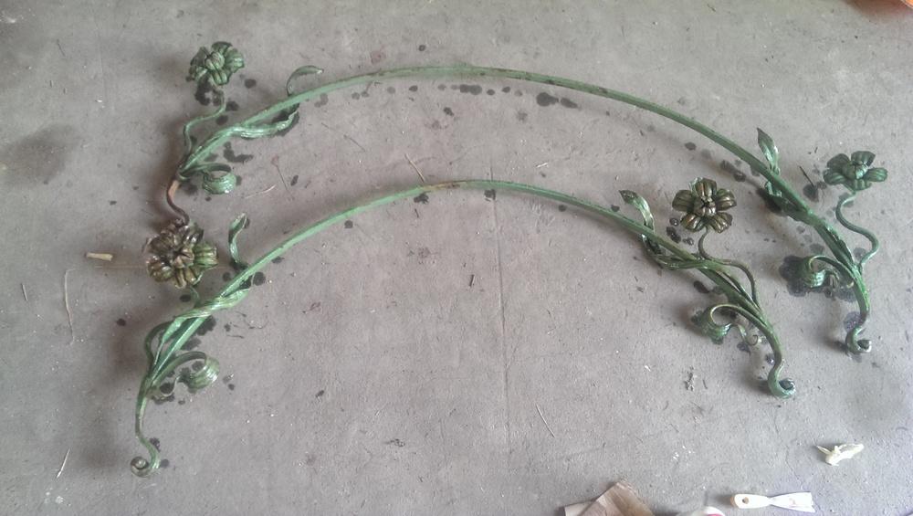Metaloplastyka zdemontowana z secesyjnej bramy kamienicy znajomych rodziców. Musiałem ją mieć. Przeleżała kilka lat na strychu, aż znalazła zastosowanie.