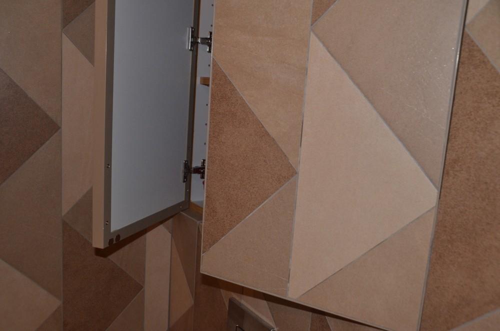 Szafka w łazience ukryta jest pod płytkami