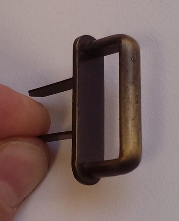 Uchwyty szaf są zrobione z paska z wężowej skóry z wykorzystaniem kaletniczego mocowania