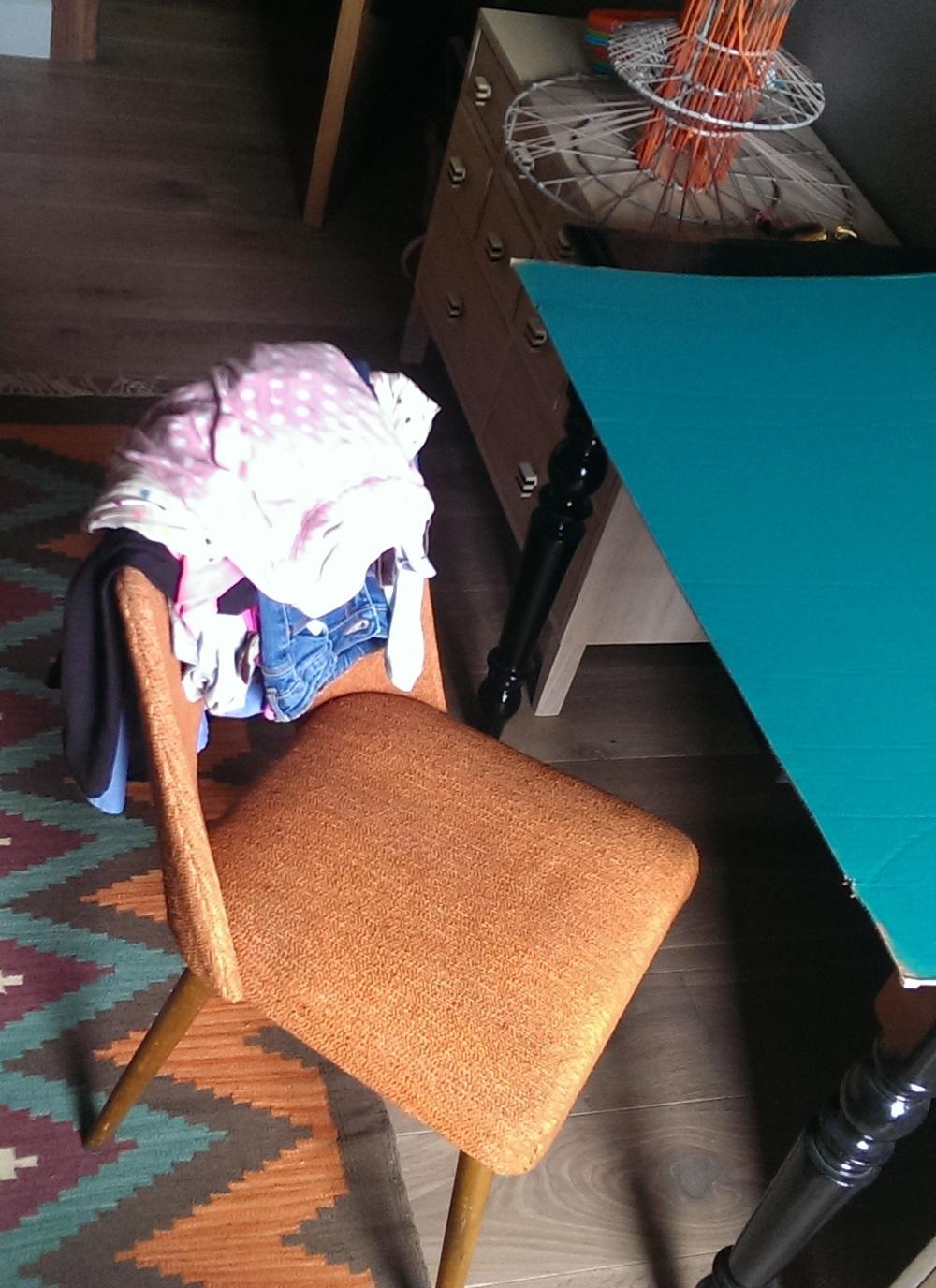 Krzesła z lat 60  `tych z domowego demobilu otrzymały nową tapicerkę i służą jako krzesła do biurek