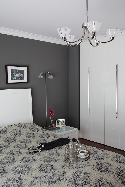 Białe meble i antracytowe ściany sypialni