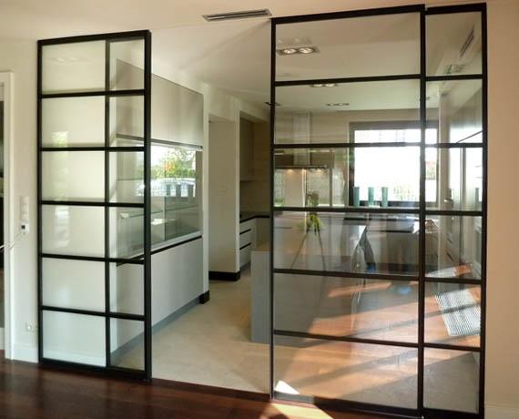 Kuchnia z przesuwnymi, przeszklonymi drzwiami