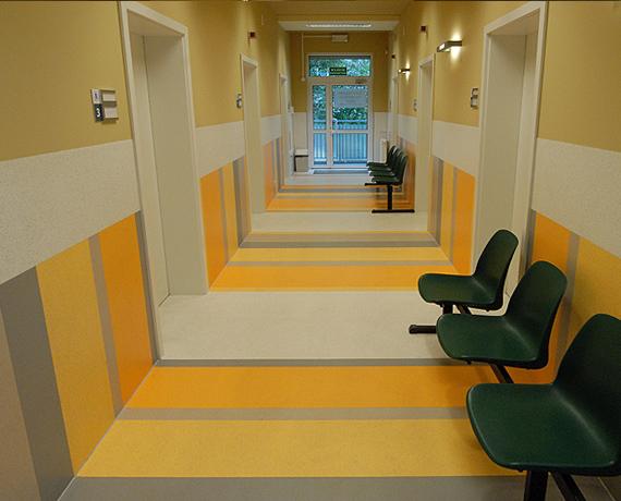 korytarz-z-wykladziny-kolorowy-inspiracje.jpg